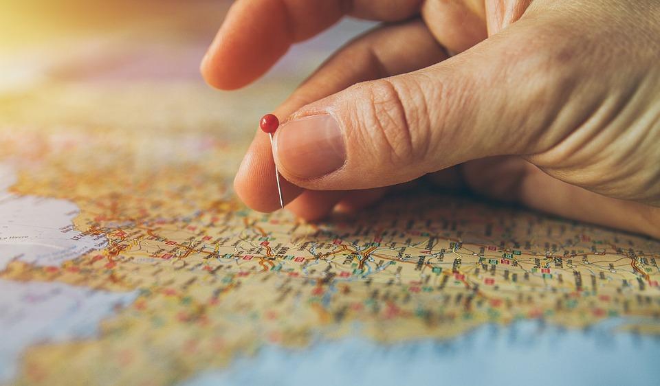 マップにピンを立てる指